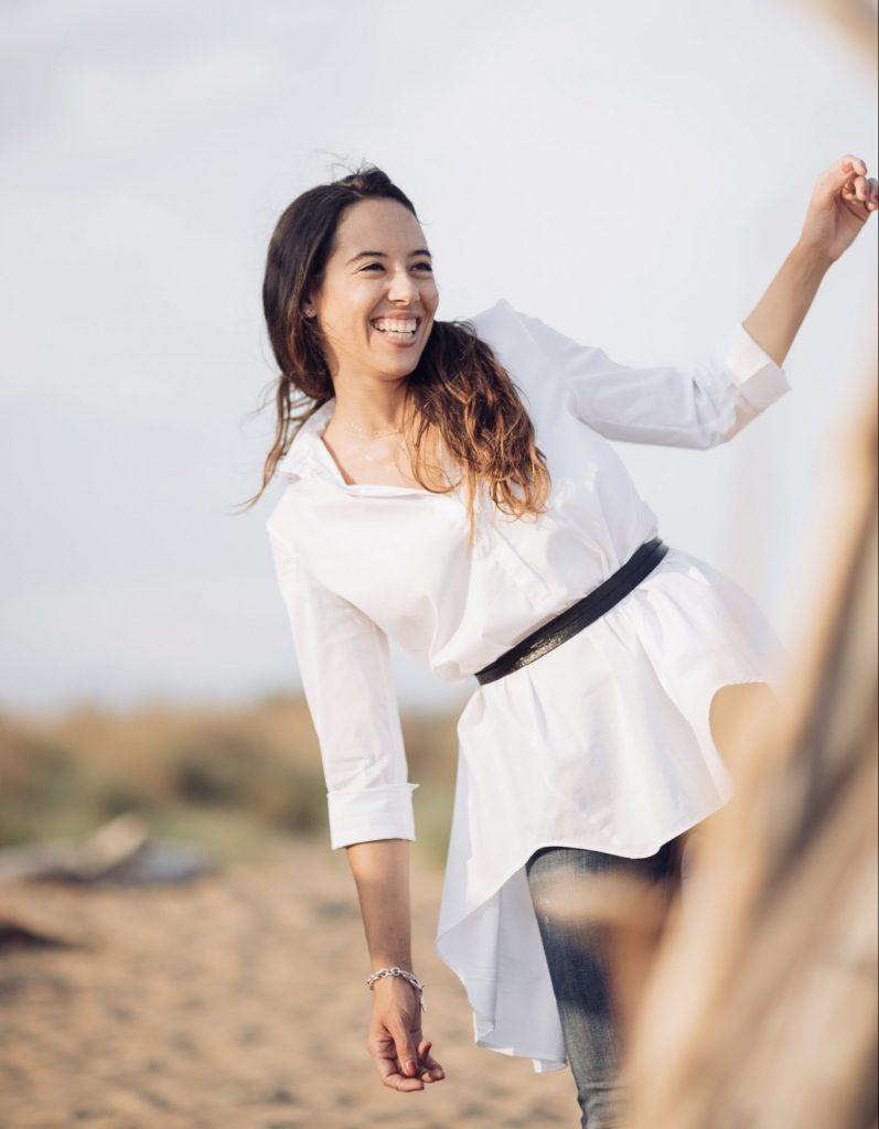 Arianna Reguzzoni scherza col fotografo e sorride piegandosi su un lato