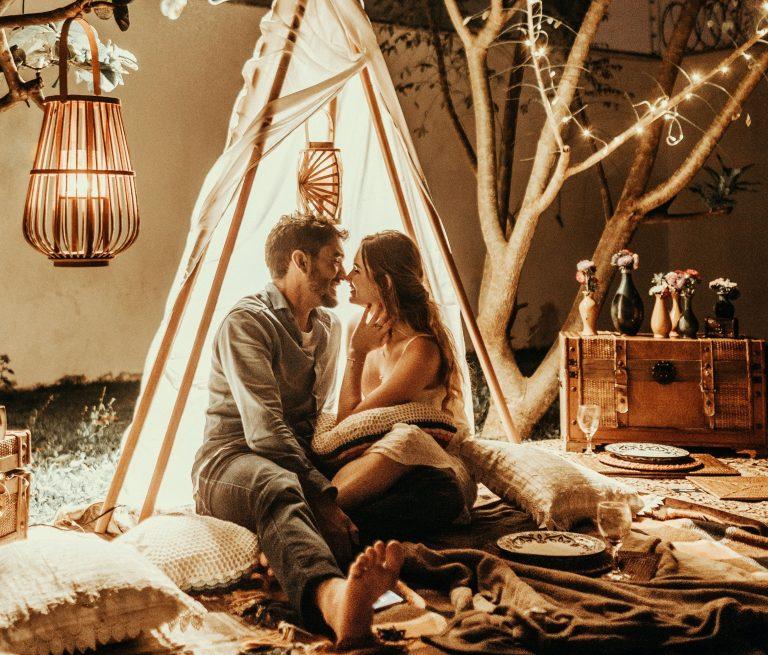 Coppia innamorata in perfetta sintonia che si guarda con amore in un ambiente accogliente.