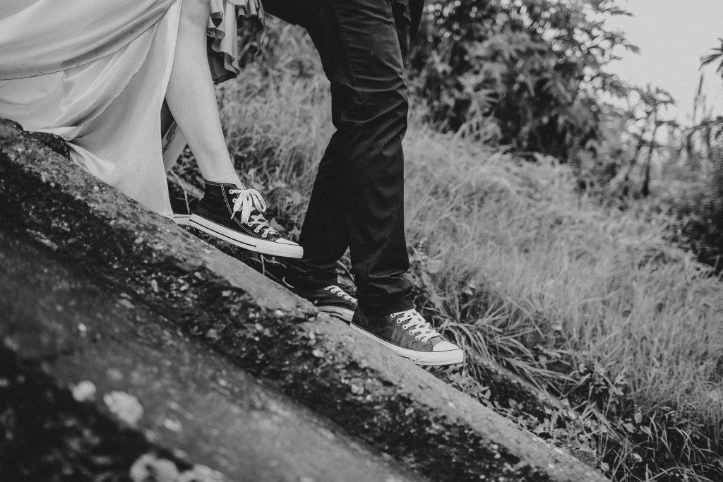 piedi di lui che precedono i piedi di lei in una discesa