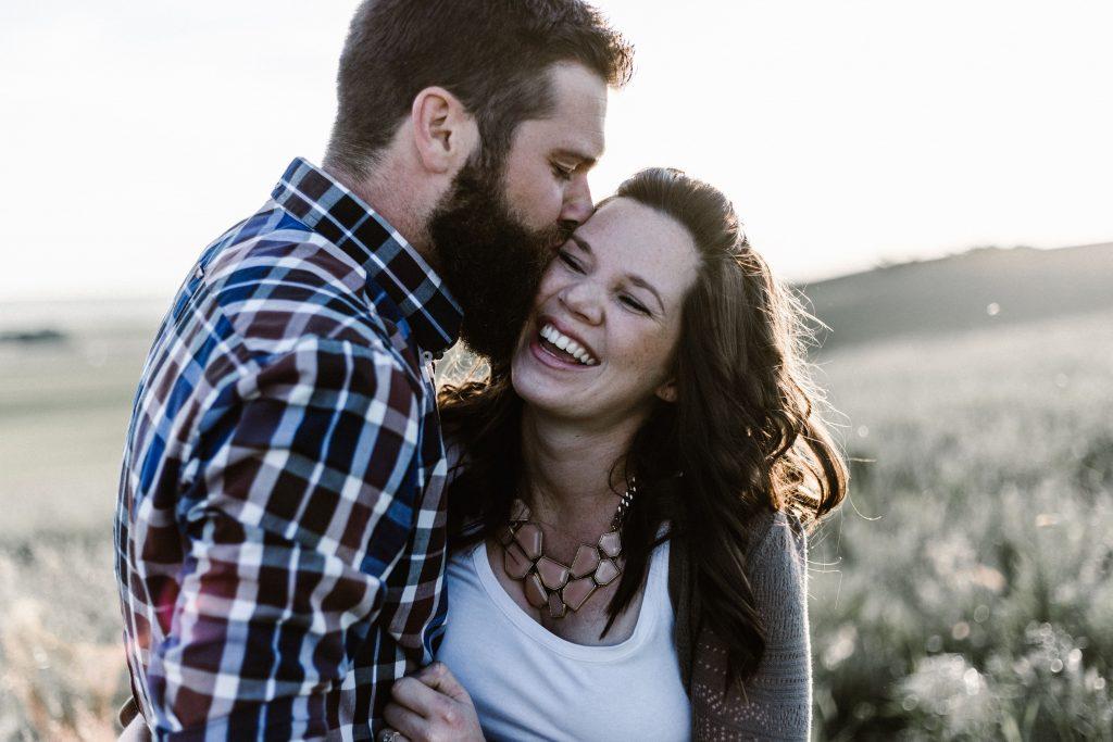 coppia abbracciata, ride felice